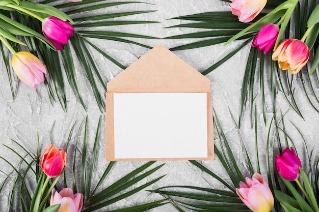 Lettera cornice con fiori lungo i bordi