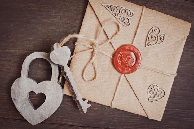 Lettera d'amore sigillata su un fondo di legno