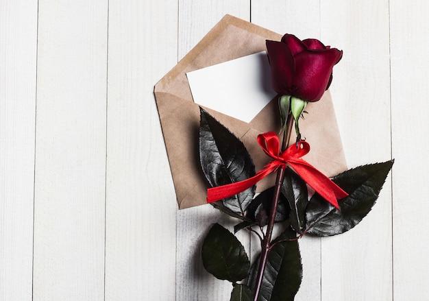 Lettera di amore della busta di giorno di biglietti di s. valentino con la rosa rossa di giorno di madri della cartolina d'auguri