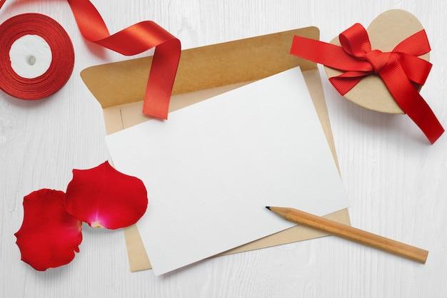 Lettera di biglietto di auguri di giorno di san valentino mockup in busta con scatola regalo kraft