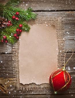 Lettera di natale, elenco, congratulazioni su uno sfondo in legno. spazio libero, mockup nuovo anno.