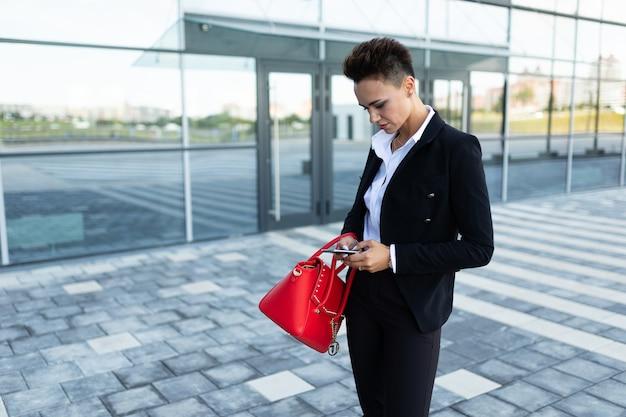 Lettera mandante un sms del email della donna di affari sicura sul cellulare facendo uso di internet