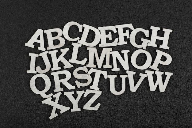 Lettere bianche su sfondo nero