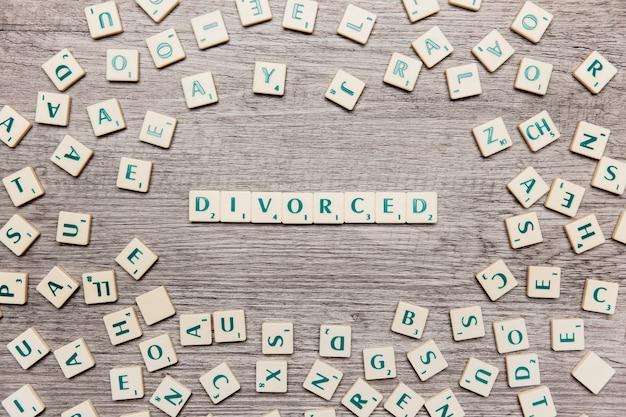 Lettere che formano la parola divorziata