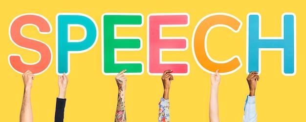 Lettere colorate che formano il discorso di parola
