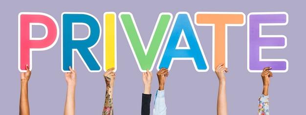 Lettere colorate che formano la parola privato