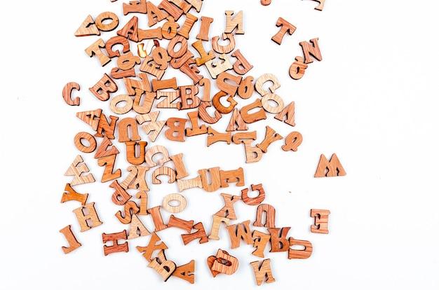 Lettere confuse fatte di legno vicino