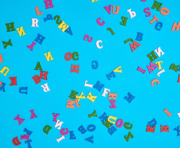 Lettere di alfabeto inglese multicolore su un blu