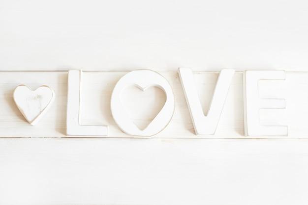 Lettere di legno amore su uno sfondo bianco
