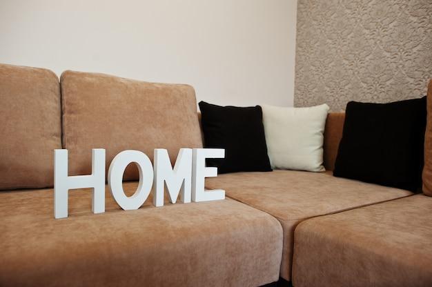 Lettere di legno bianche a casa al divano letto ad angolo cofee a luce stanza