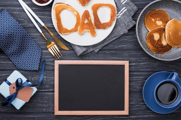 Lettere di pane vista dall'alto per la festa del papà cornice vuota