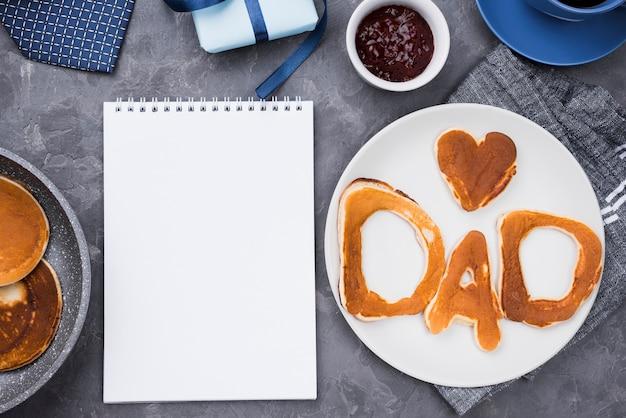 Lettere di pane vista dall'alto per la festa del papà e blocco note