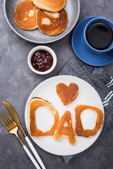 Lettere di pane vista dall'alto per la festa del papà