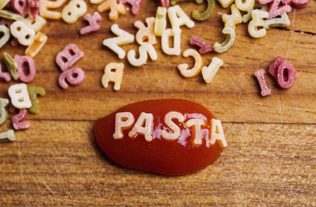 Lettere di pasta con ketchup