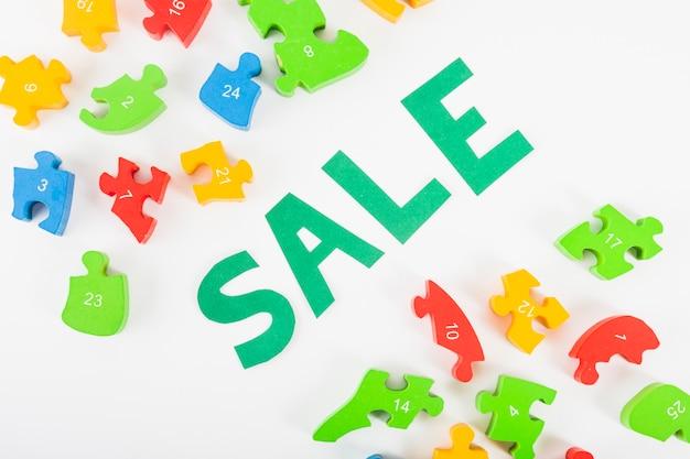 Lettere di vendita di carta su sfondo bianco