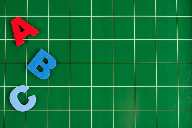 Lettere diverse si trovano sulla superficie verde della lavagna