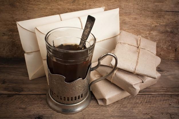 Lettere e un bicchiere di tè, natura morta