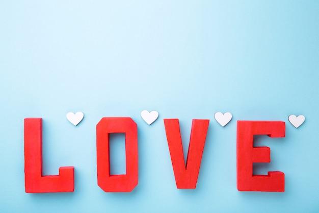 Lettere rosse amore sul blu. parola amore.