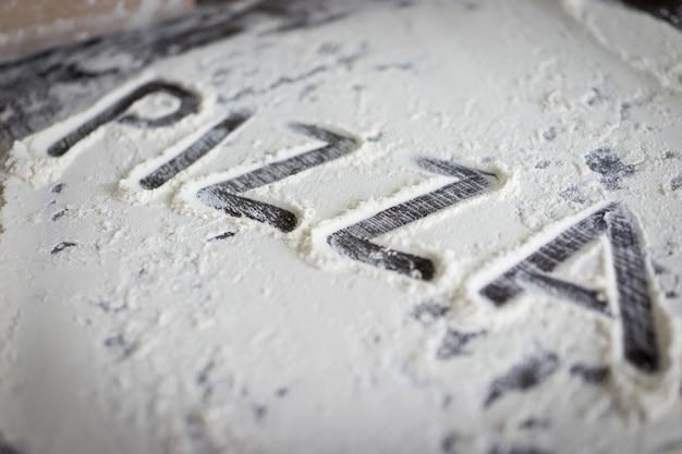 Lettere scritte di pasta pronte per la pizza