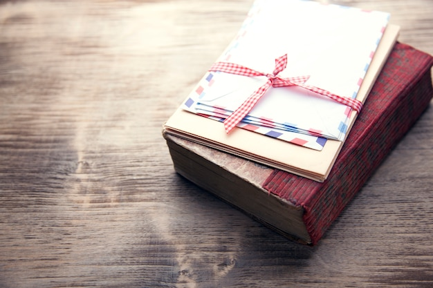 Lettere su booke sul tavolo
