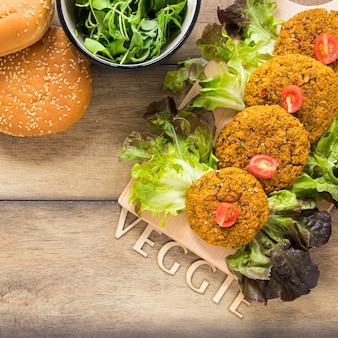 Lettering vegetariano accanto al cibo vegano