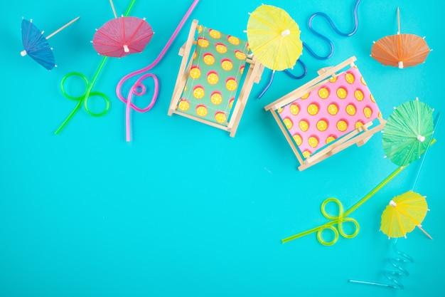 Lettini e accessori per feste in spiaggia. vacanze estive al concetto del mare