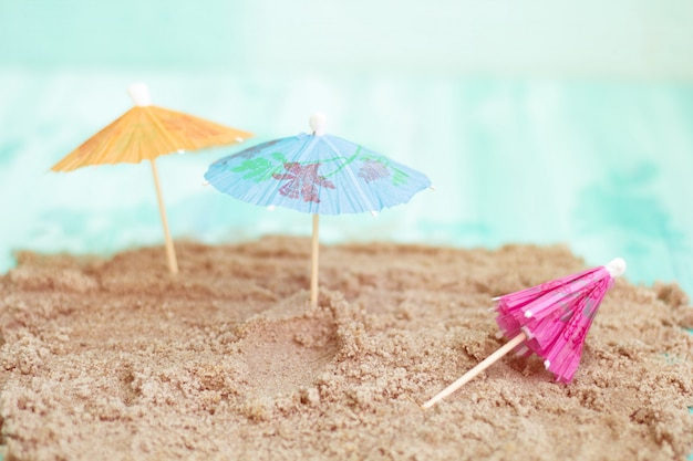 Lettini giocattolo sulla spiaggia