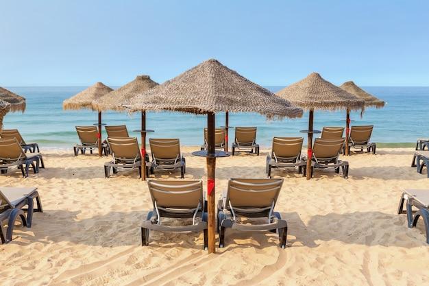 Lettini sulla spiaggia portoghese in estate ad albufeira.