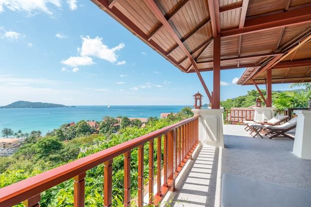 Lettino sul balcone di vista mare della casa
