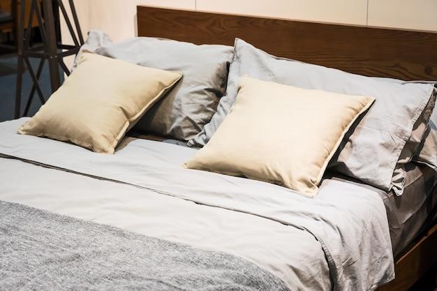 Letto con lenzuola e cuscini marroni