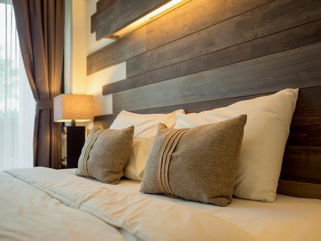 Letto vuoto in camera da letto di lusso e naturale
