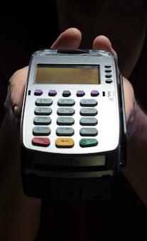 Lettore di carte di credito isolato su sfondo nero