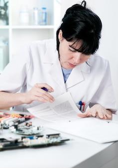 Lettura dell'operaio di riparazione elettronica