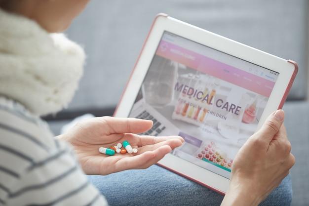 Lettura delle informazioni sui farmaci su internet