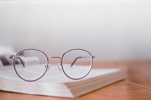 Lettura di montature sottili sul libro