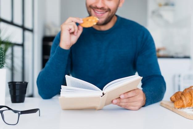 Lettura media del primo piano che mangia uno spuntino