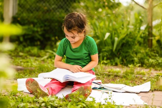 Lettura sveglia della bambina nel parco