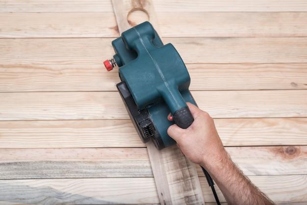 Levigatrice a nastro elettrica su tavola di legno