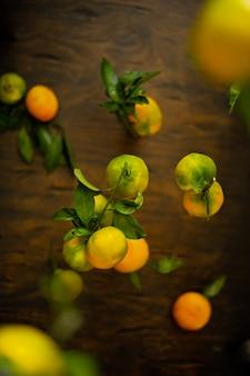 Levitazione di mandarini verdi e arancioni grezzi.