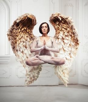Levitazione e meditazione di yoga della giovane donna