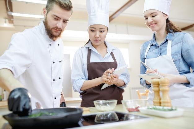 Lezione di cucina in cucina moderna