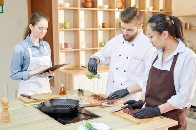 Lezione di cucina in cucina