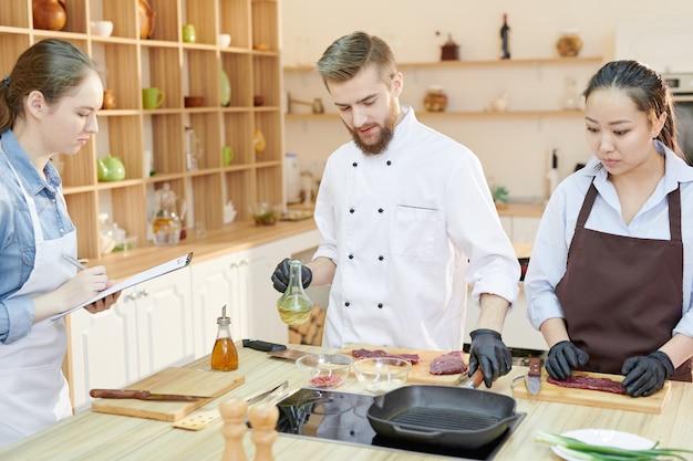Lezione di cucina nella cucina del ristorante
