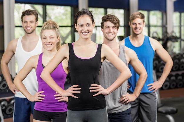 Lezione di fitness con le mani sui fianchi in palestra
