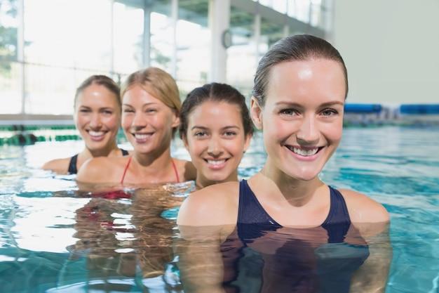 Lezione di fitness femminile facendo acquagym