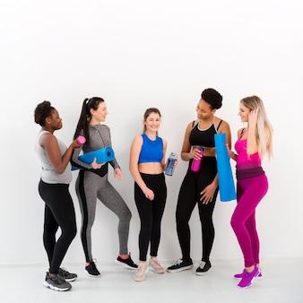 Lezione di fitness femminile in pausa