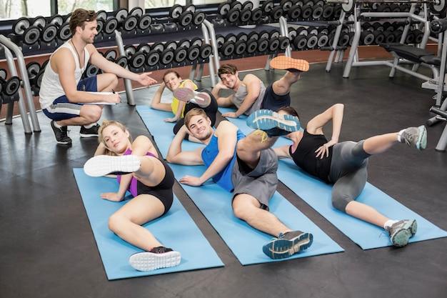 Lezione di fitness lavorando le gambe in palestra