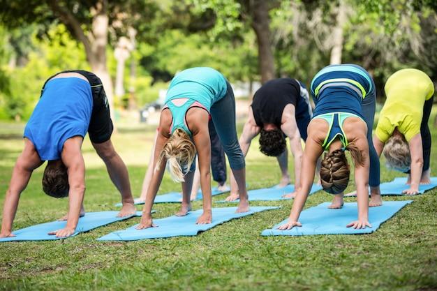 Lezione di fitness praticando yoga