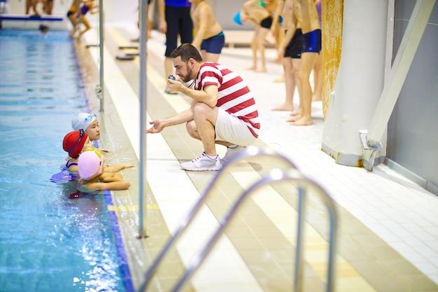 Lezione di nuoto con istruttore in piscina