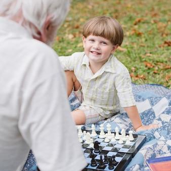 Lezione di scacchi con nipote e nonno